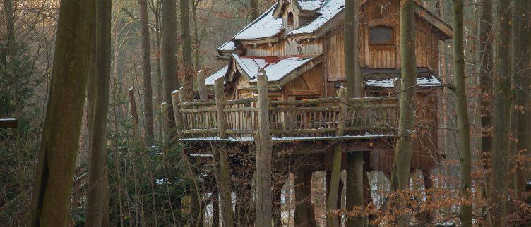 10 Bestemmingen waar je kunt slapen in een boomhut
