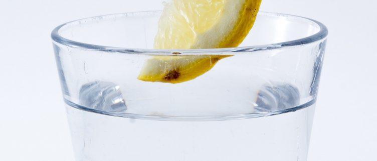Warm water met citroen drinken om af te vallen