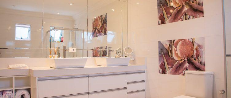 Hoe kun je het beste de voegen in je badkamer schoonmaken? | DIK.NL