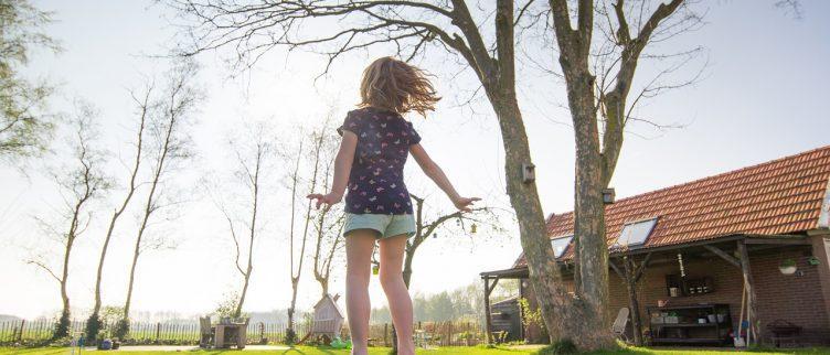 Waar houd je rekening mee bij het plaatsen van een speeltoestel in de tuin?