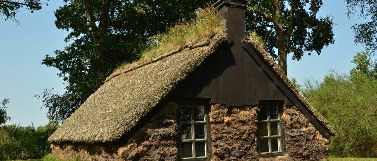 Waar kun je overnachten in een plaggenhut?