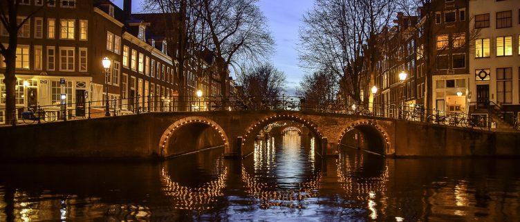 Hoe kun je goedkoop overnachten in Amsterdam? 12 goedkope verblijf tips!